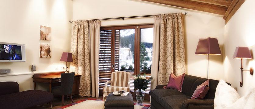 austria_arlberg-ski-area_lech_Hotel-Berghof_arlberg_lounge_tv.jpg